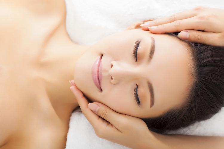 頭痛が原因のくすみ肌を解消する!頭皮のツボ・マッサージ