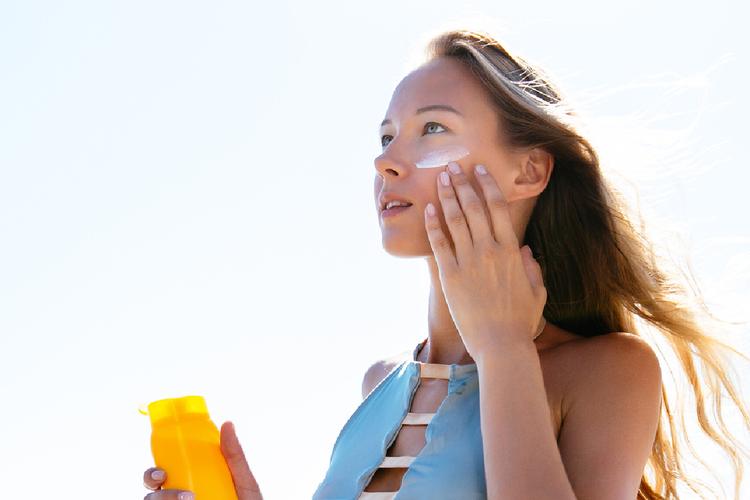 外出したくなる春、紫外線対策はじめてますか?UVケアの種類や塗り方とは?