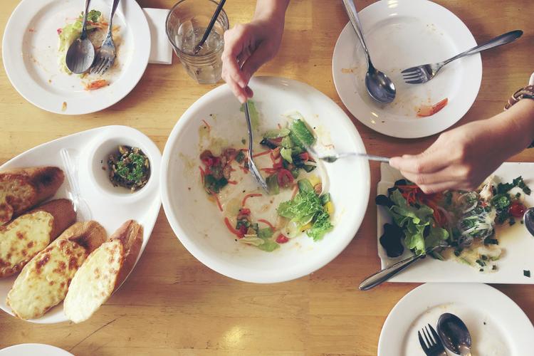 食べ過ぎの食事のイメージ