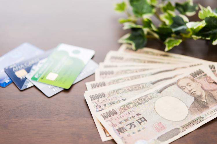 お金とクレジットカードのイメージ