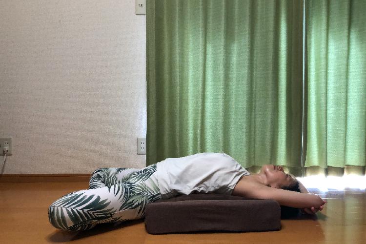 クッション使いで「寛ぎながら!ラクゆるヨガポーズ」3選!