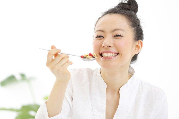 笑顔で食べると太らない!? ダイエット中の食べ過ぎを防ぐ3つの